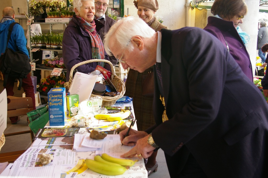 http://www.winchesterfairtrade.org.uk/wp-content/uploads/2014/03/Mayor-signing-FT-petition-Charlotte.jpg